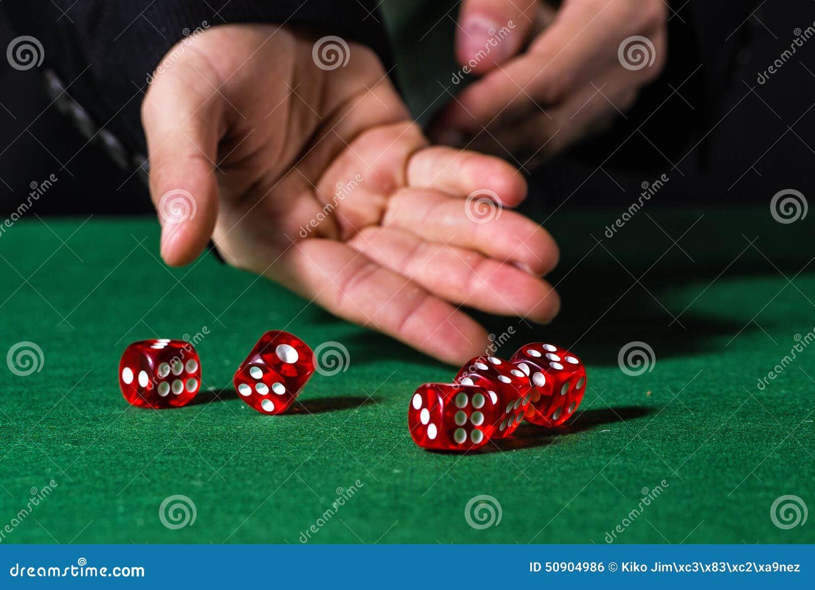Męska ręka stacza się pięć kostka do gry