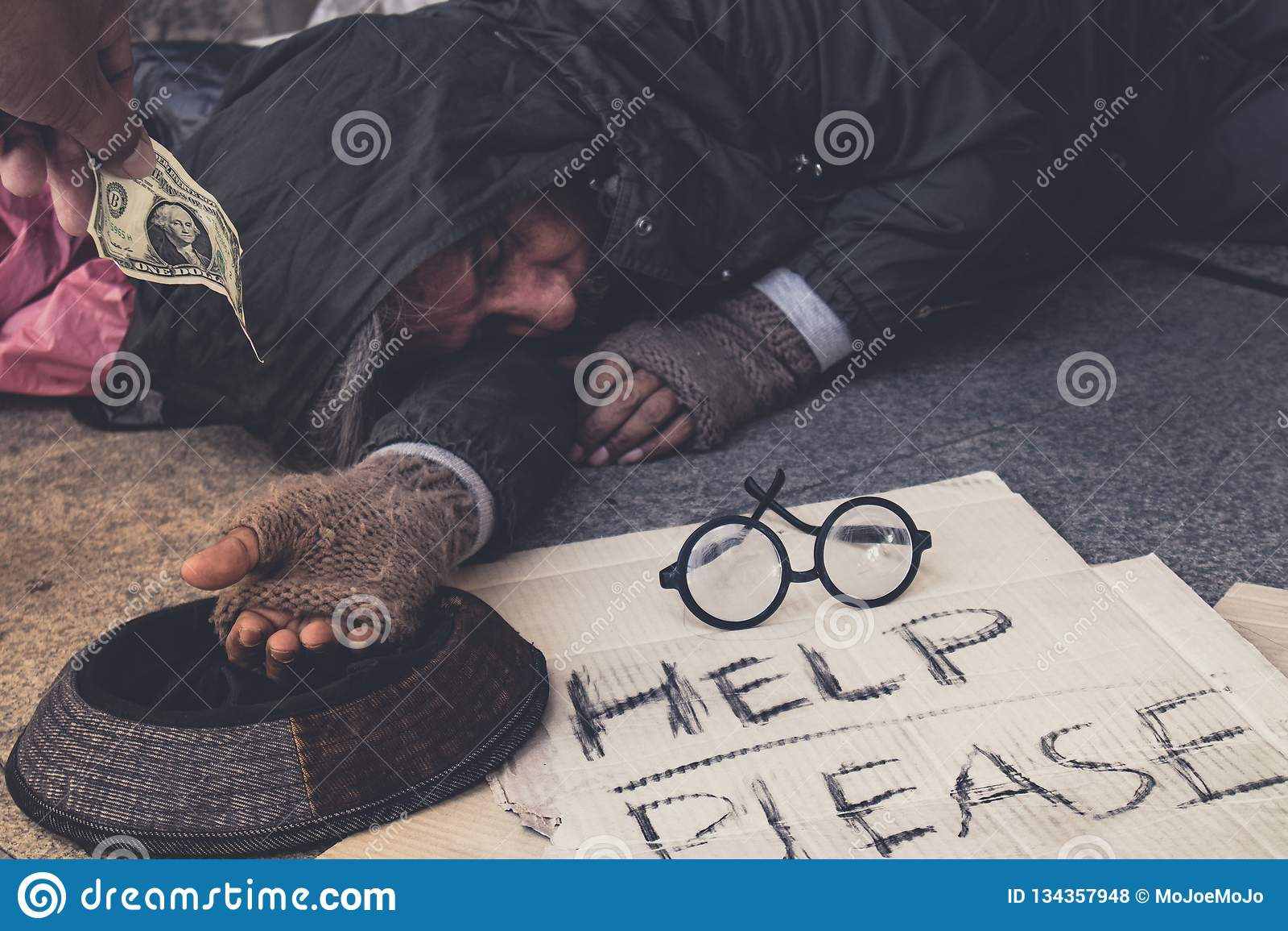 Męski żebrak, Bezdomny głodny mężczyzna pokazuje on ręka chce pieniądze jedzenie przy przejście ulicą w mieście, dobroć ludzie da