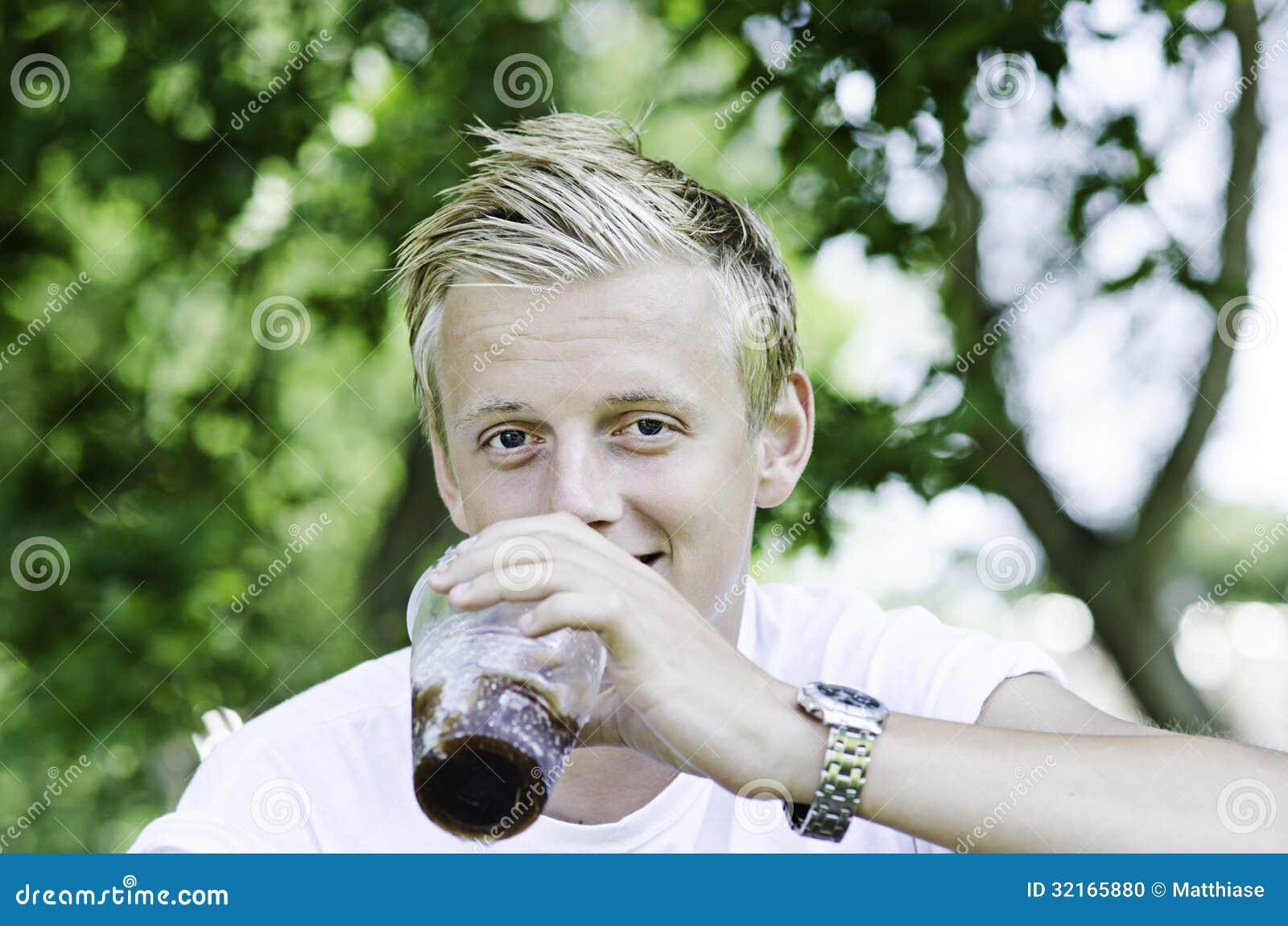 Męski cieszy się napój outside