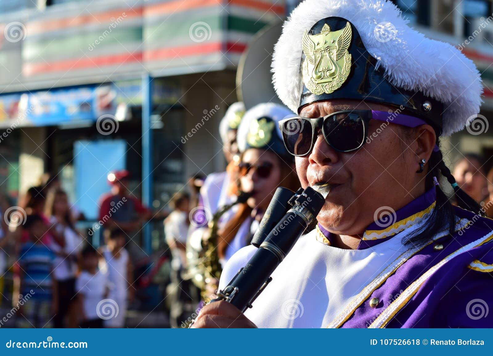 Męski członek zespołu sztuki klarnet podczas Wielkopostnego korowodu