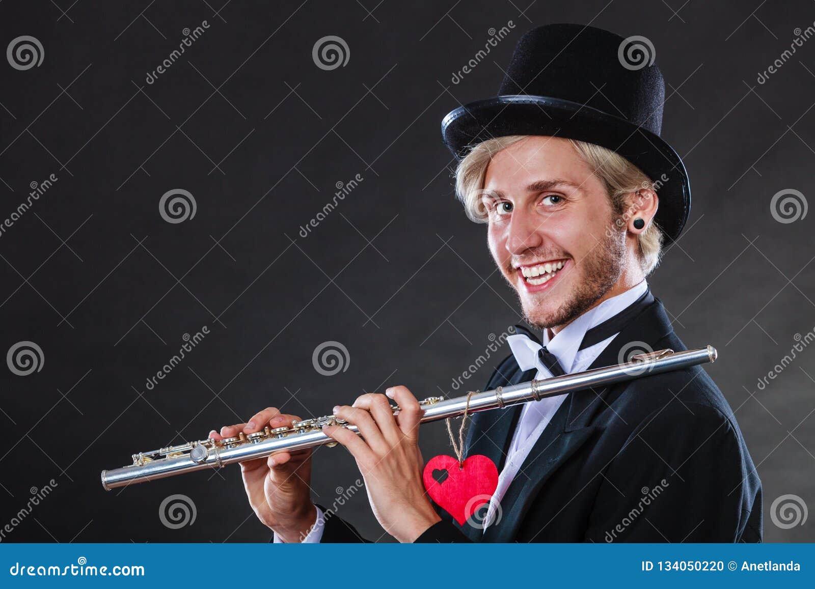 Męski flecista z fletem i sercem Miłości melodia