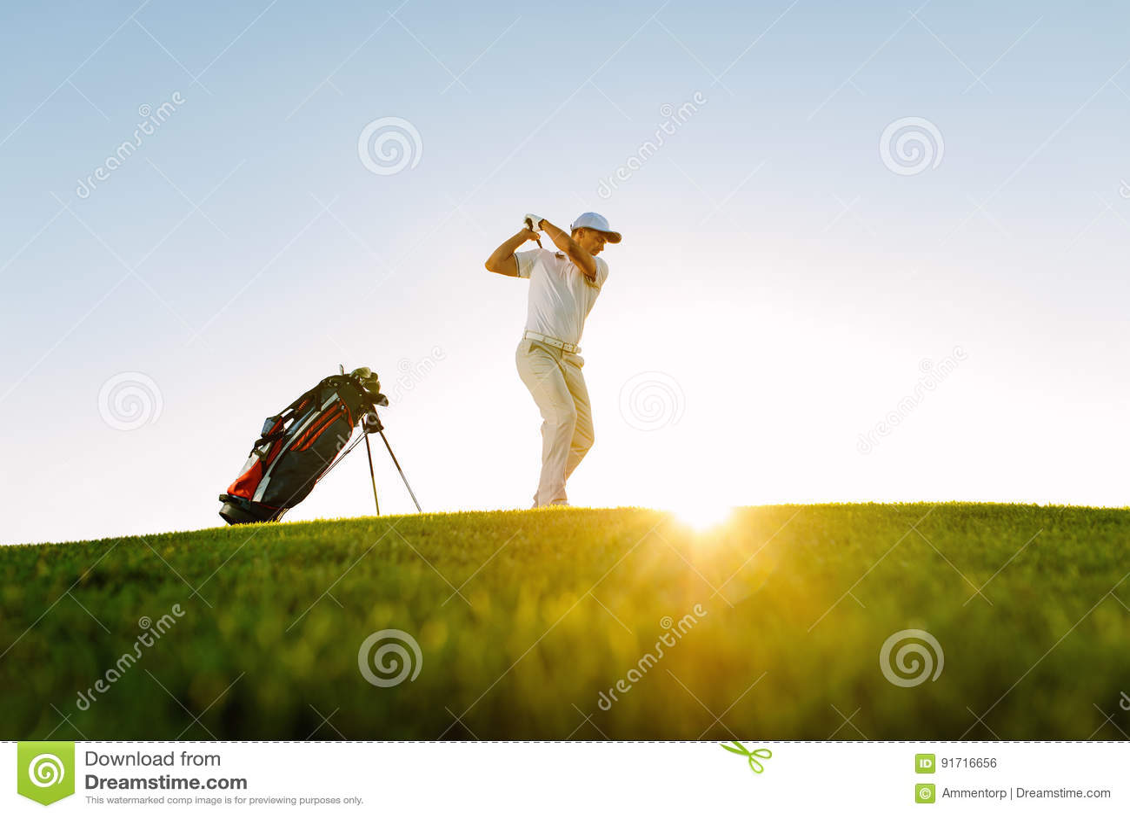 Męski golfista bierze strzał na polu golfowym