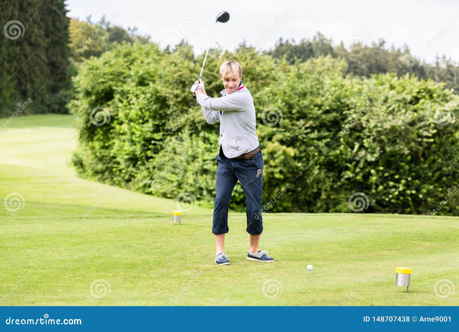 M?ski golfowy gracz bierze strza?