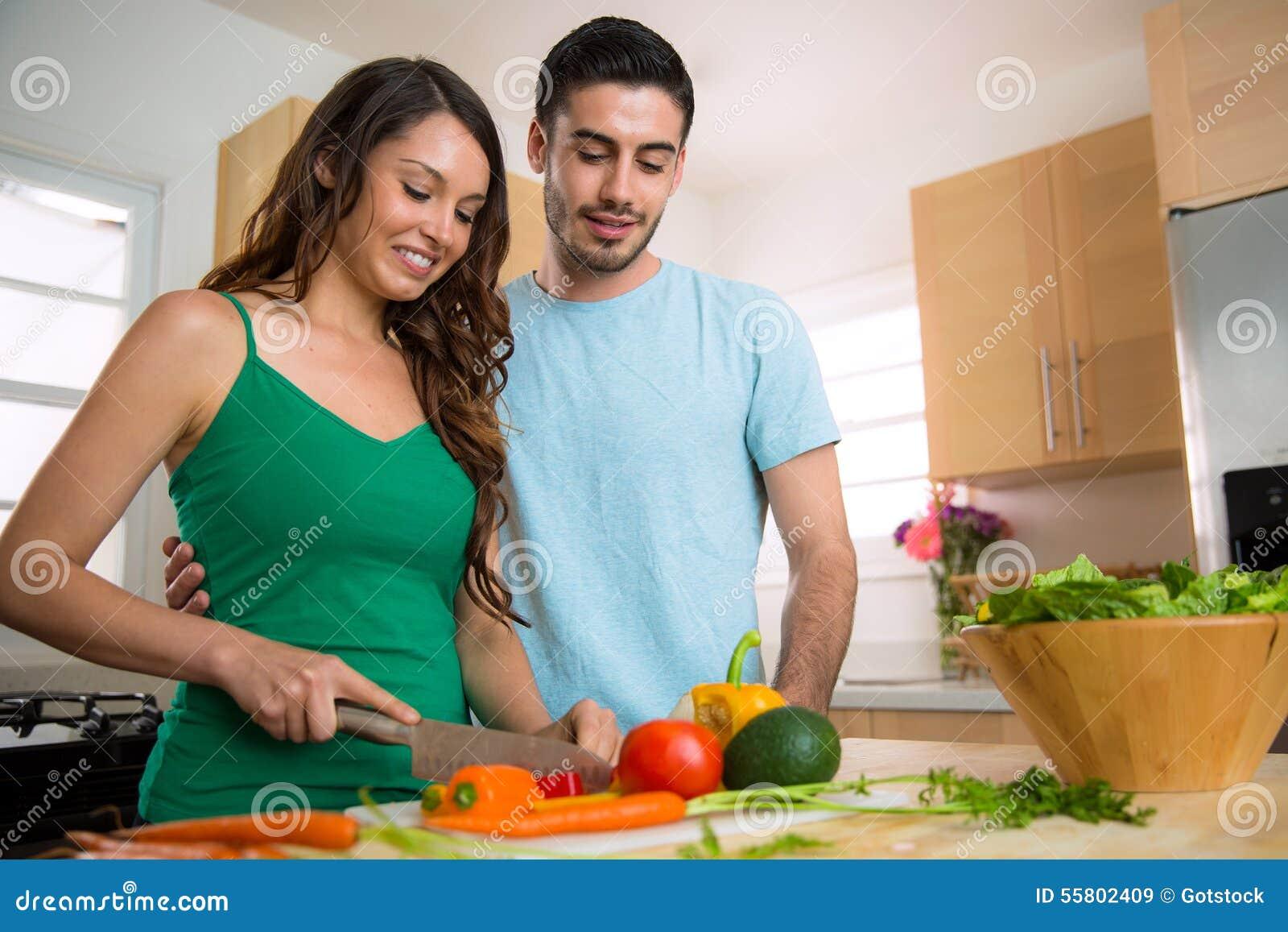 Męski i żeński szef kuchni uczy się dlaczego gotować zdrowego posiłek i uczy each inny