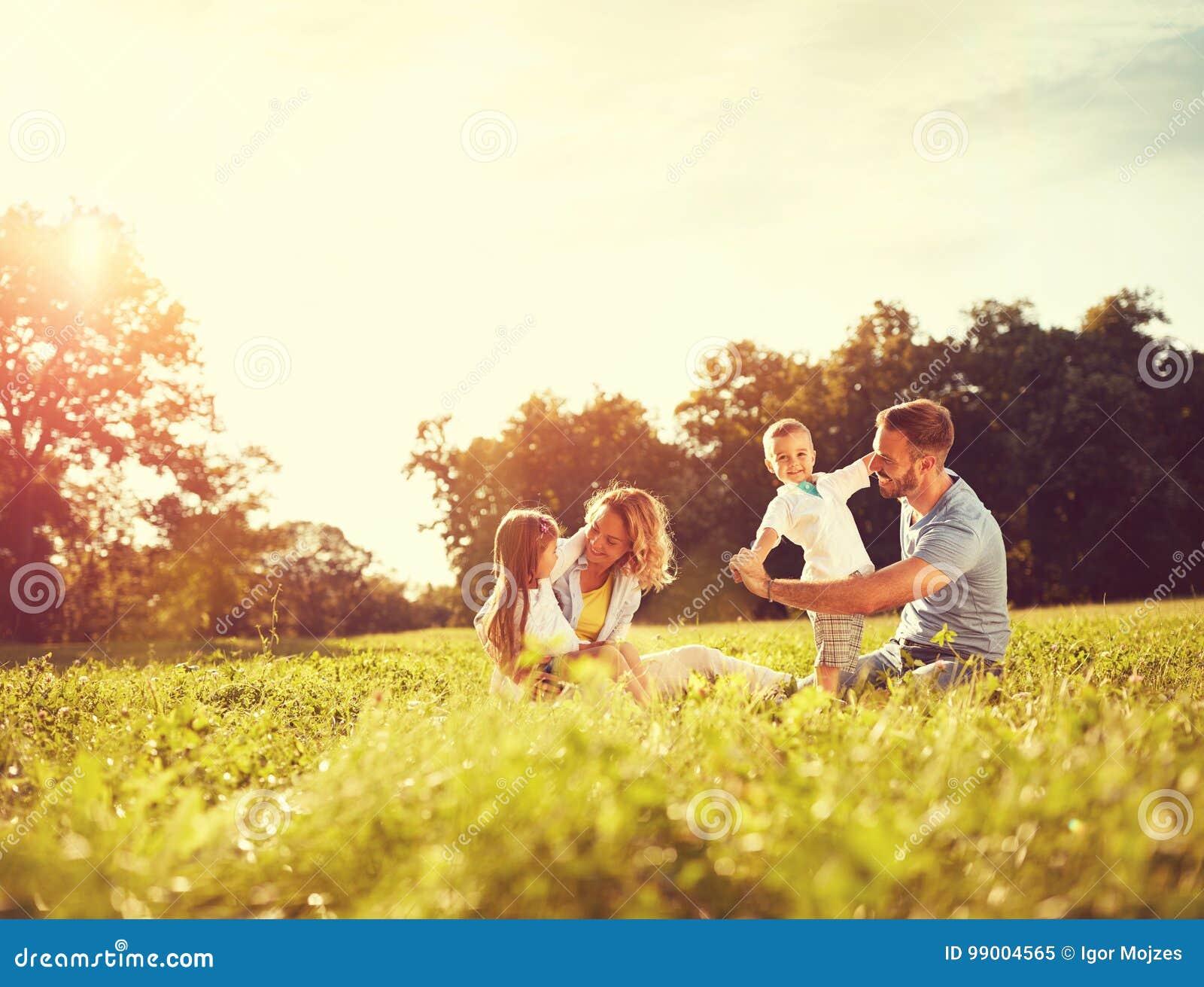 Męski i kobieto bawić się z dziećmi outside