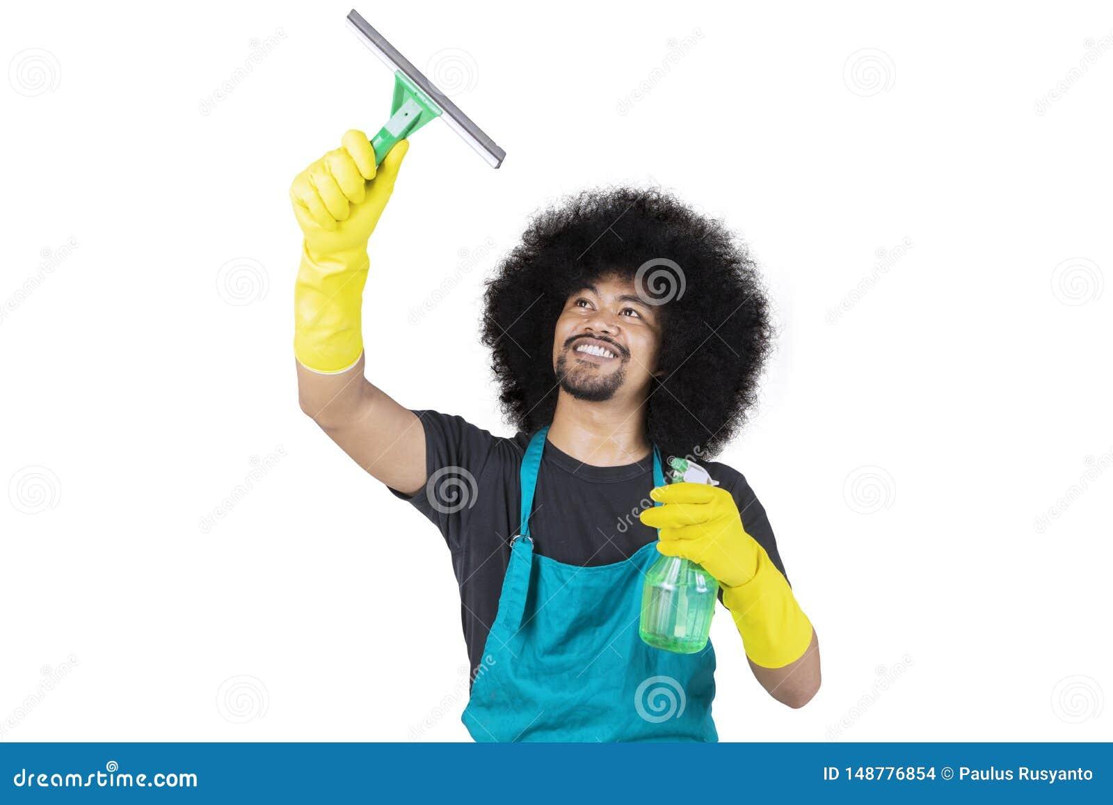 M?ski janitor czy?ci lustro w studiu