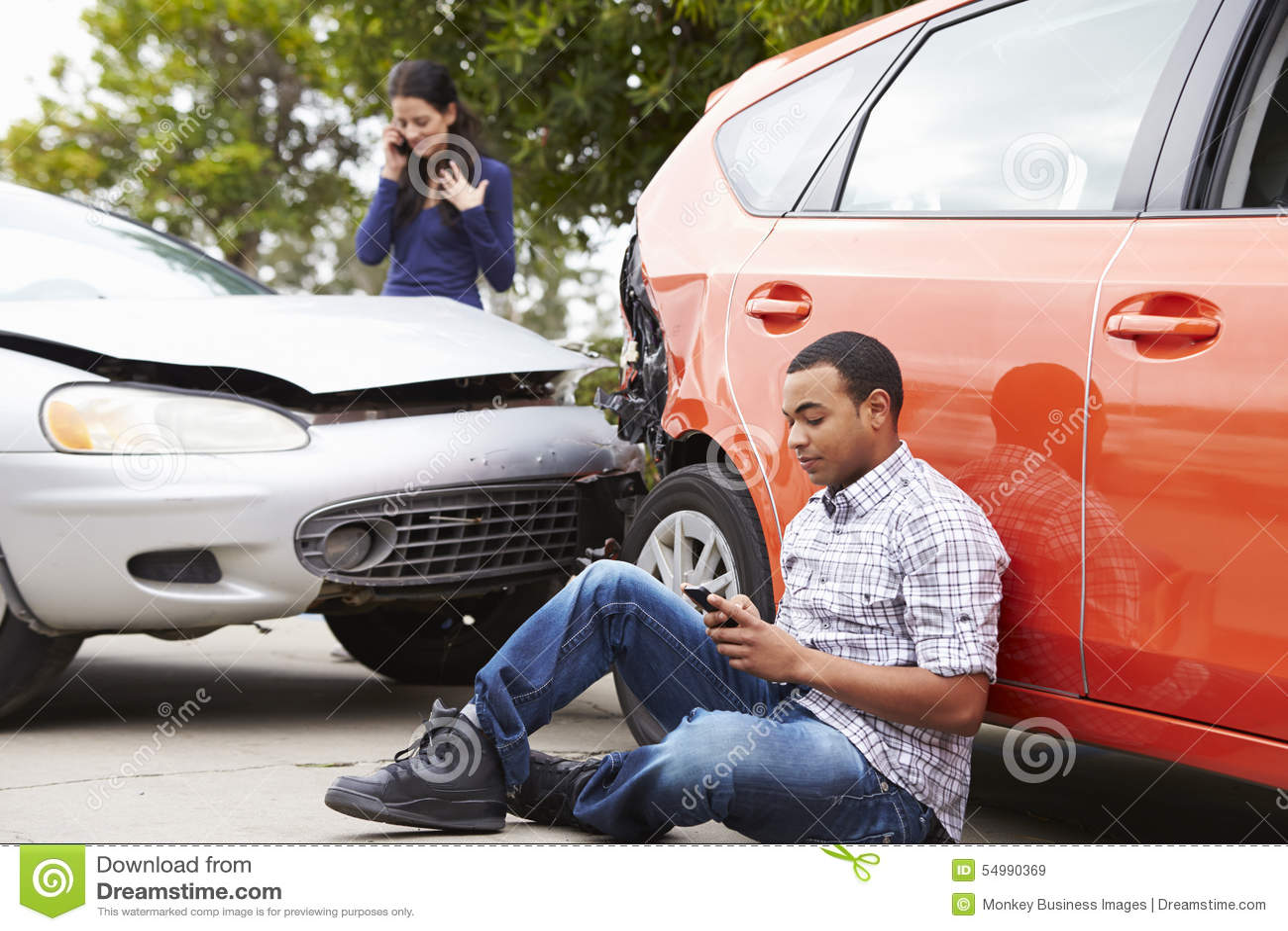 Męski kierowca Robi rozmowie telefonicza Po wypadku ulicznego