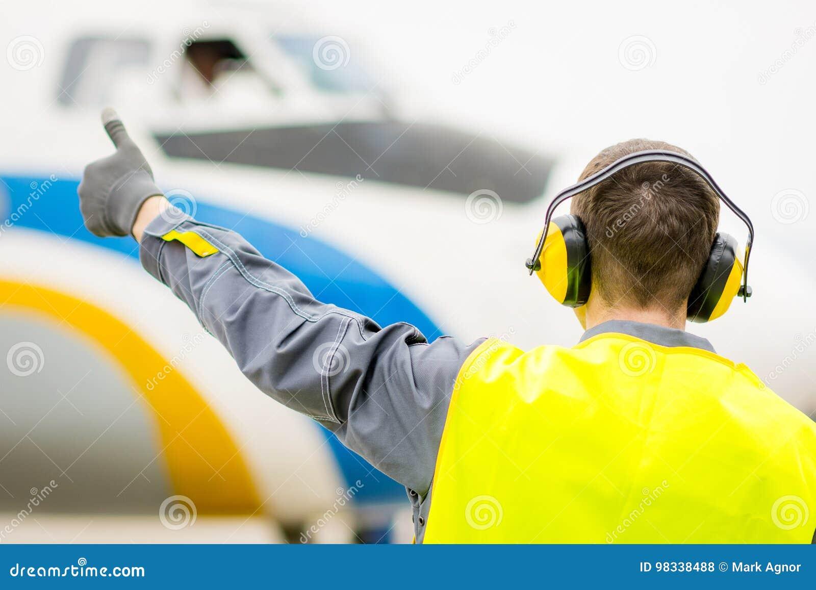 Męski lotniskowy pracownik