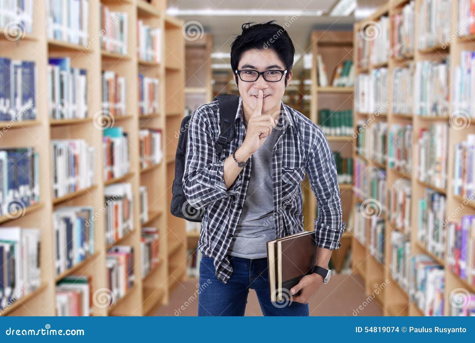 Męski uczeń robi cisza znakowi