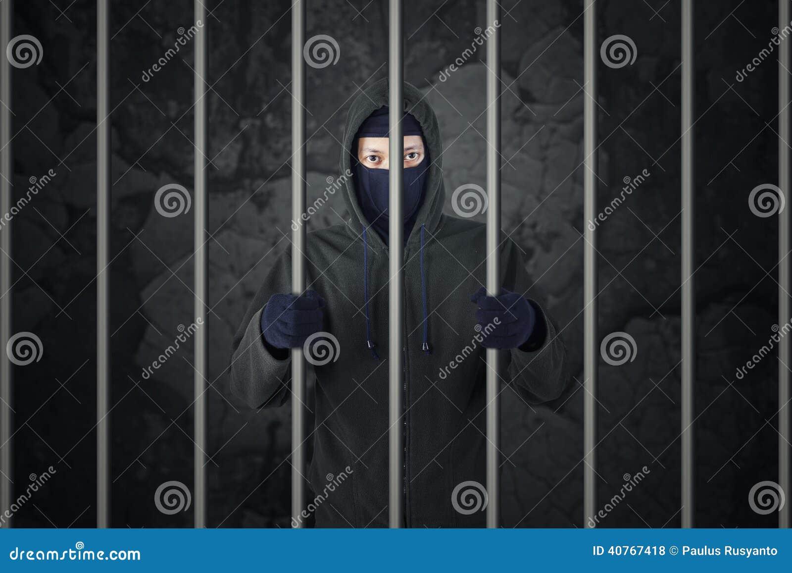 Męski włamywacz w więzieniu