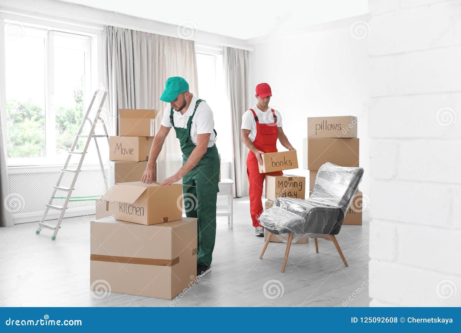 Męskie wnioskodawcy z pudełkami w domu
