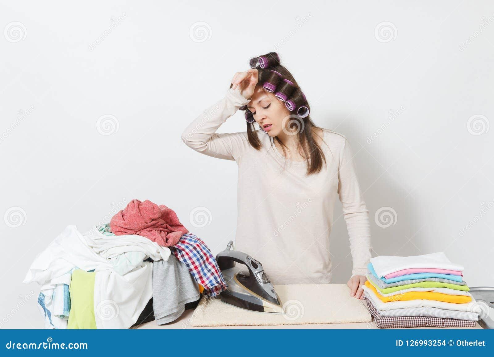 Młoda ładna gospodyni domowa Kobieta na białym tle Housekeeping pojęcie Odbitkowa przestrzeń dla reklamy