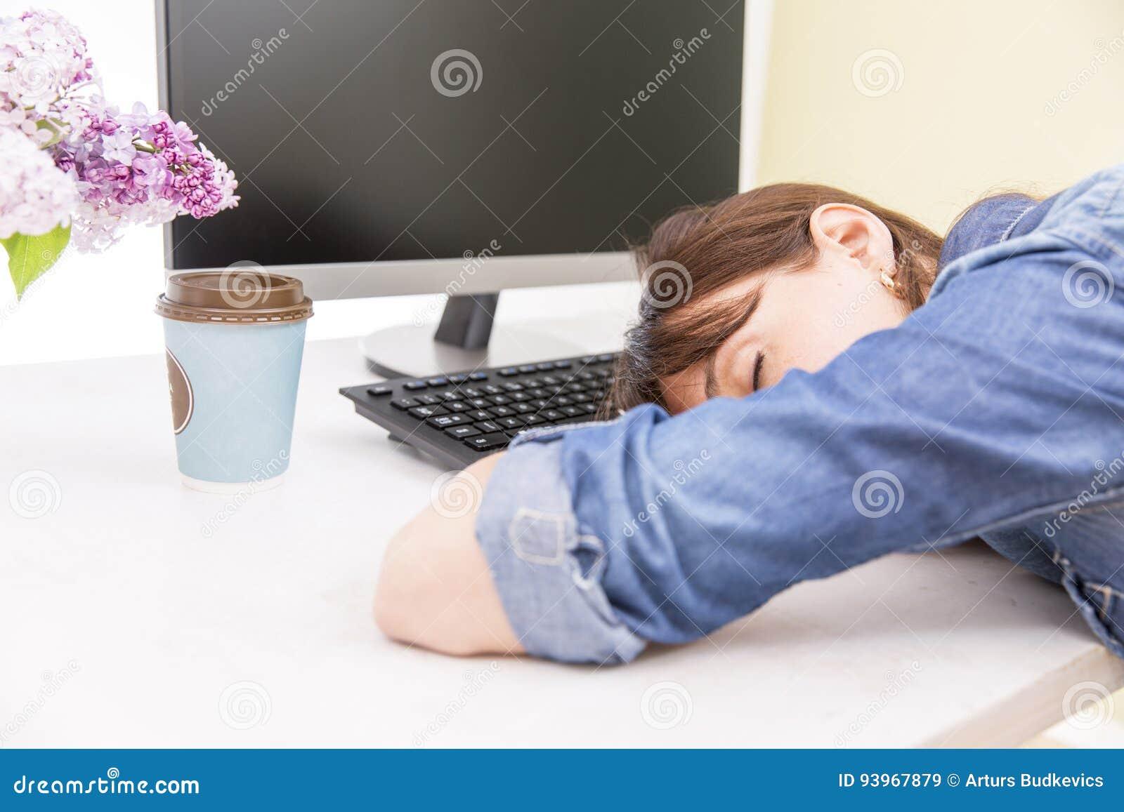 Młoda ładna kobieta męcząca i wyczerpująca pracy lying on the beach na stole przed komputerem i brać przerwę