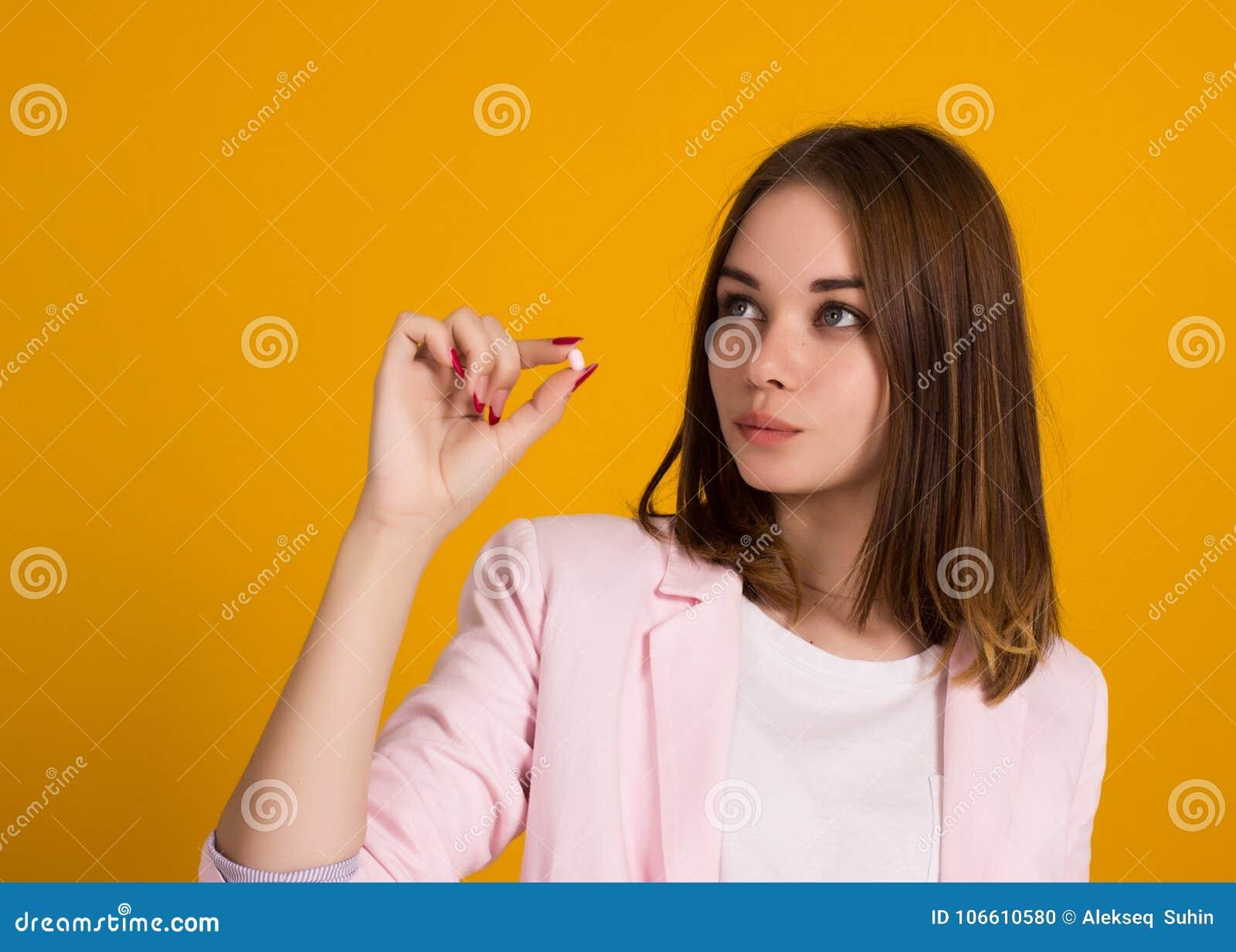 Młoda ładna kobieta, pigułka, studio