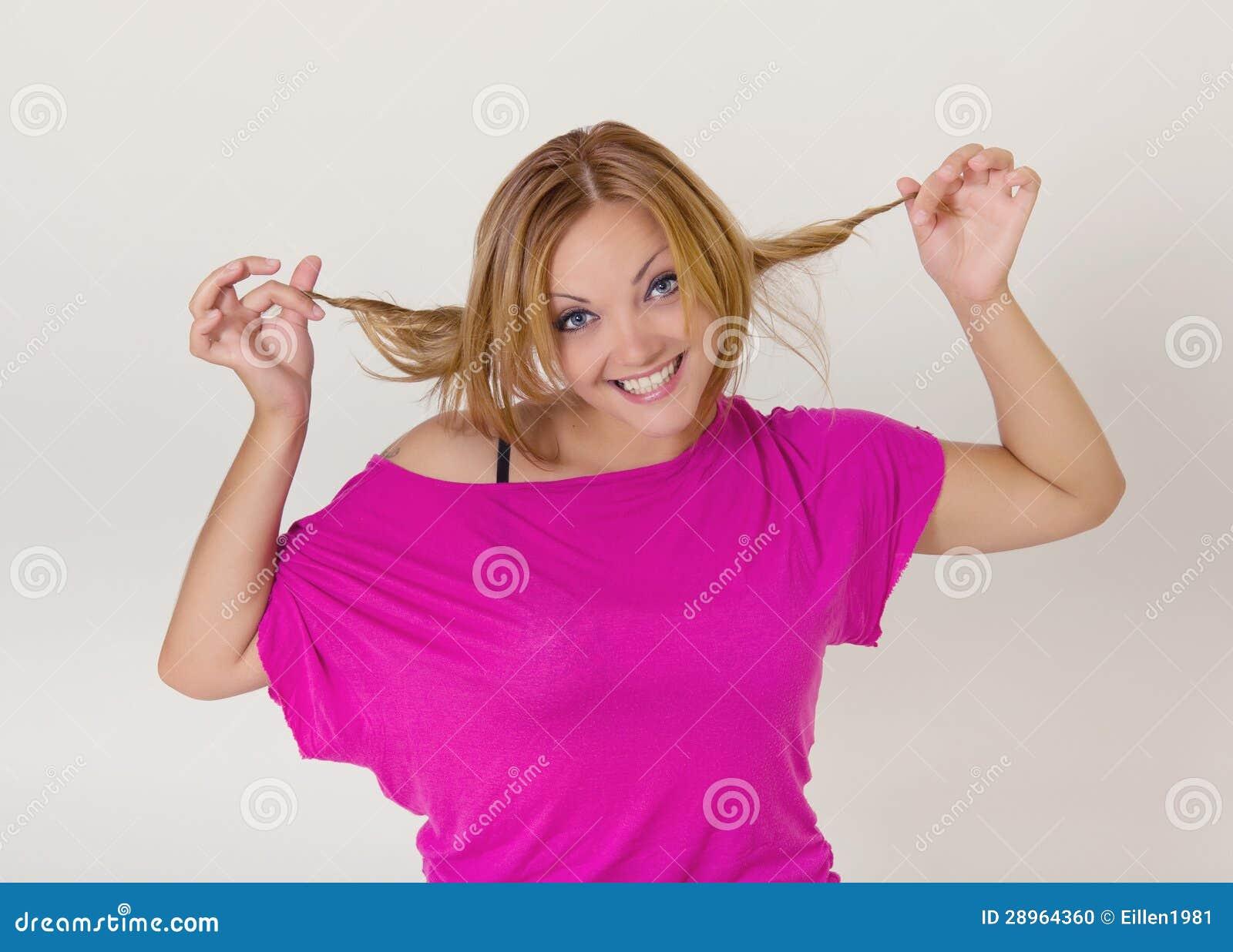 Młoda ładna kobieta robi śmiesznym twarzom