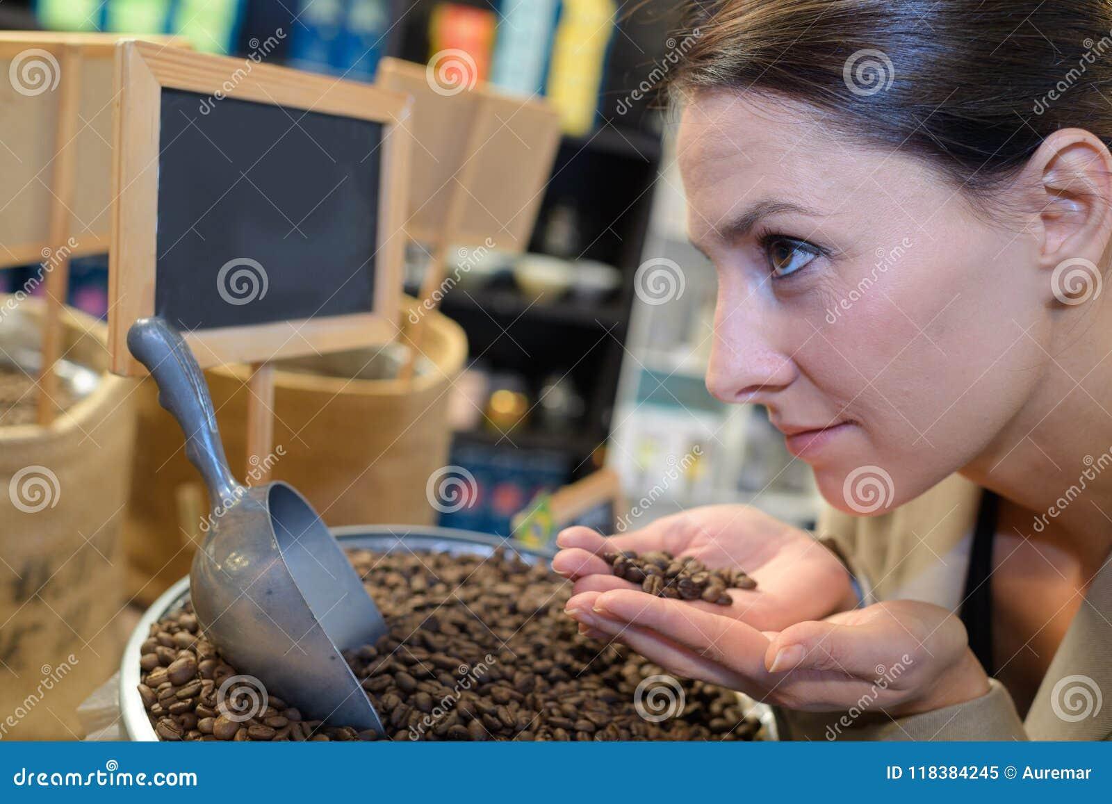 Młoda ładna kobieta z piec kawowymi fasolami