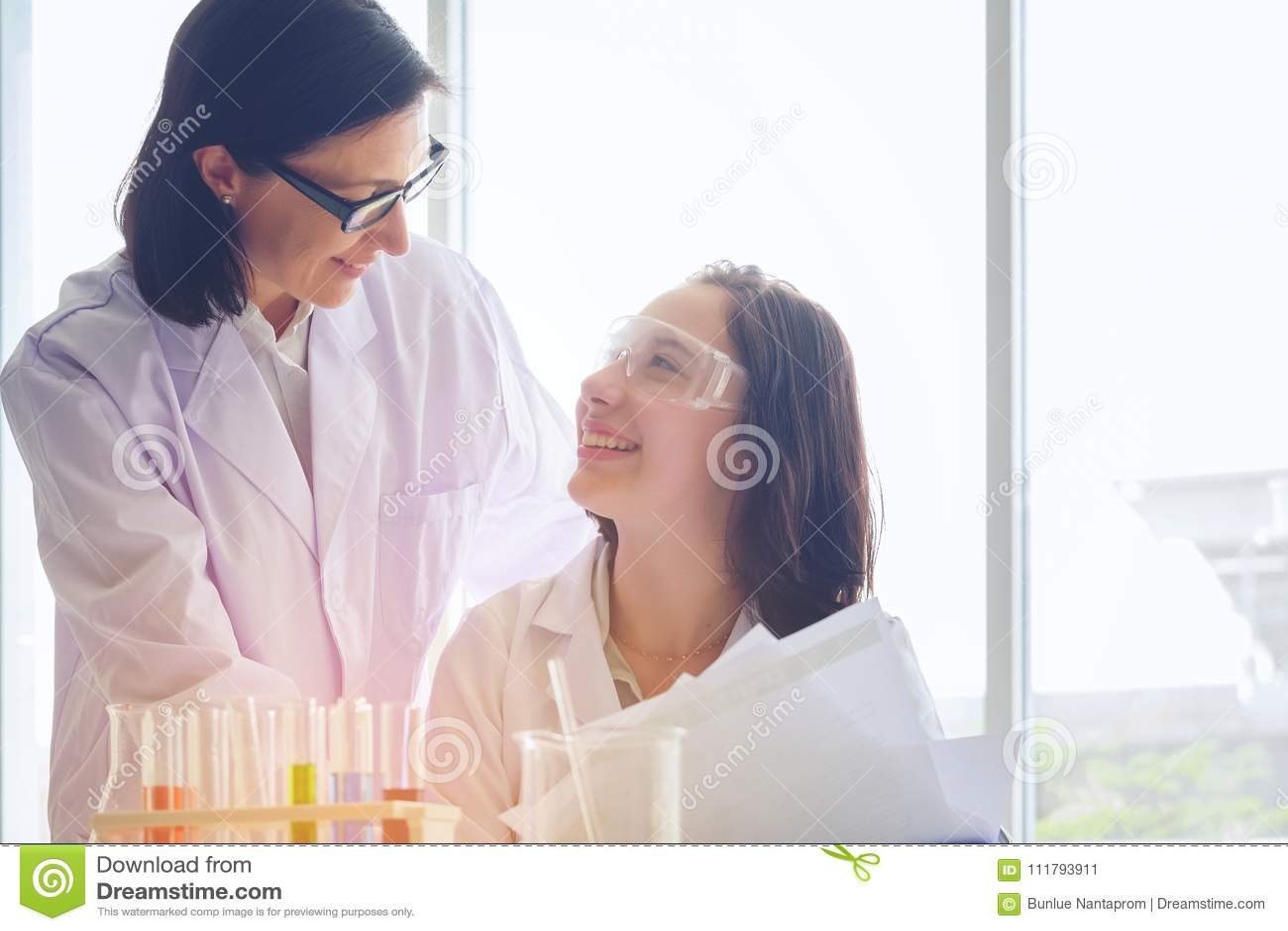 Młoda żeńska naukowiec pozycja z techer w lab pracownika robić