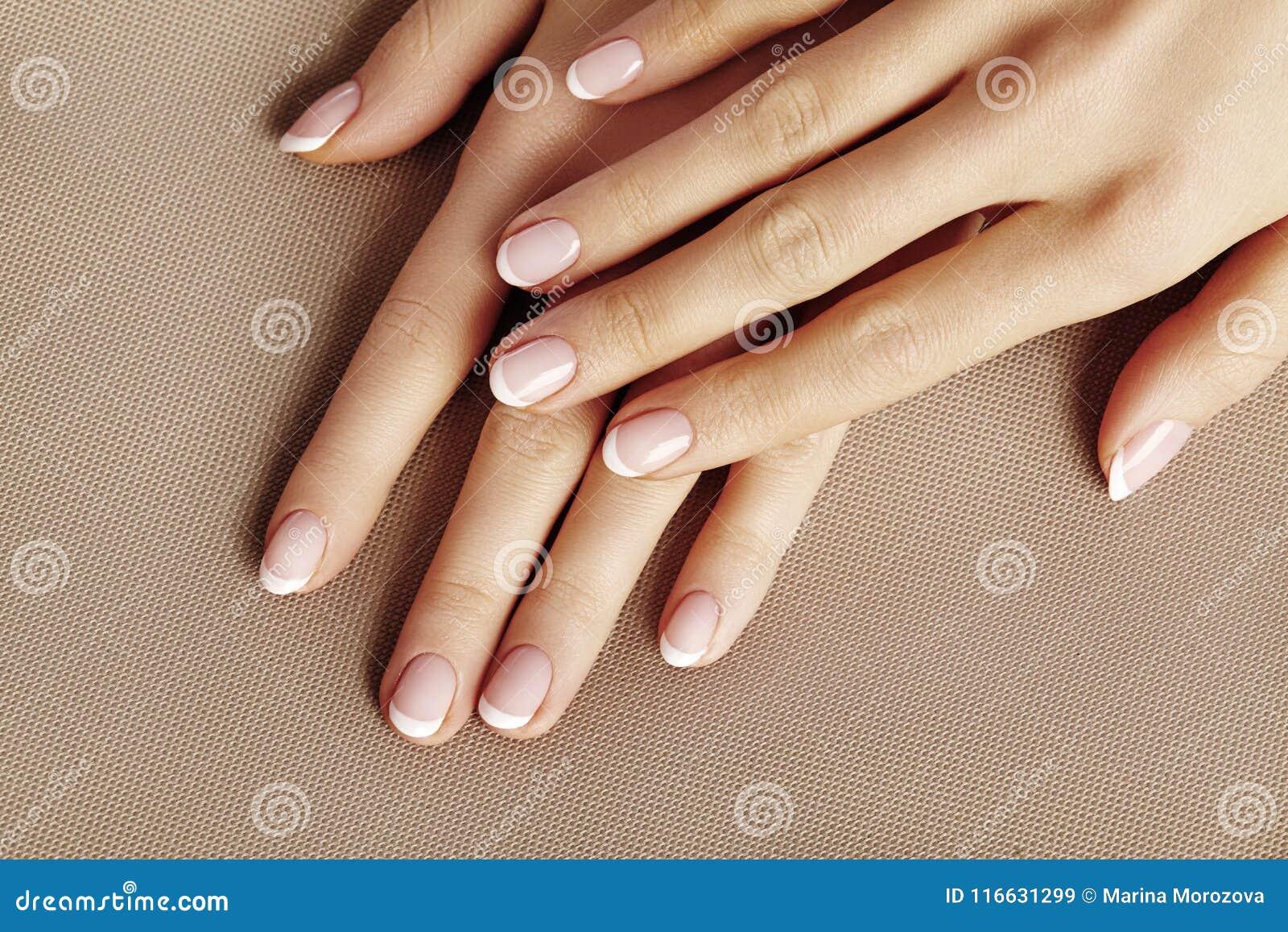 Młoda Żeńska palma Piękny splendoru manicure francuskiego stylu zrób sobie paznokcia polskich produktów Dba o rękach i gwoździach