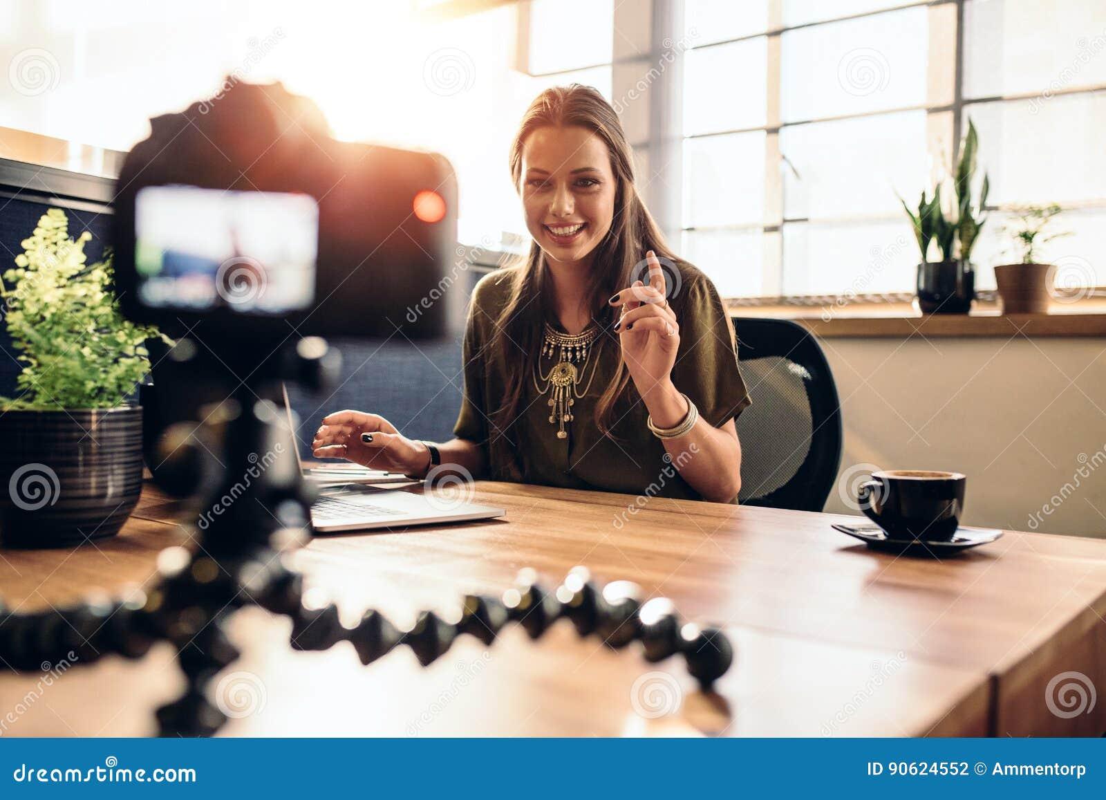 Młoda żeńska vlogger nagrania zawartość dla jej wideo blogu