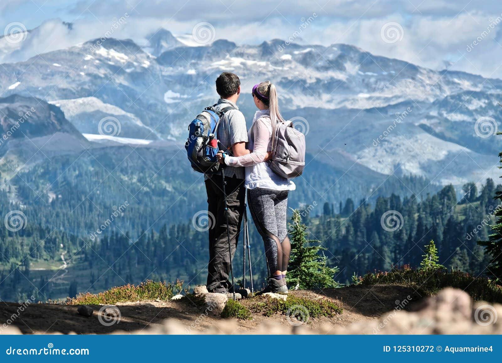Młoda aktywna para wycieczkuje w górach w górach zbliża Whistler