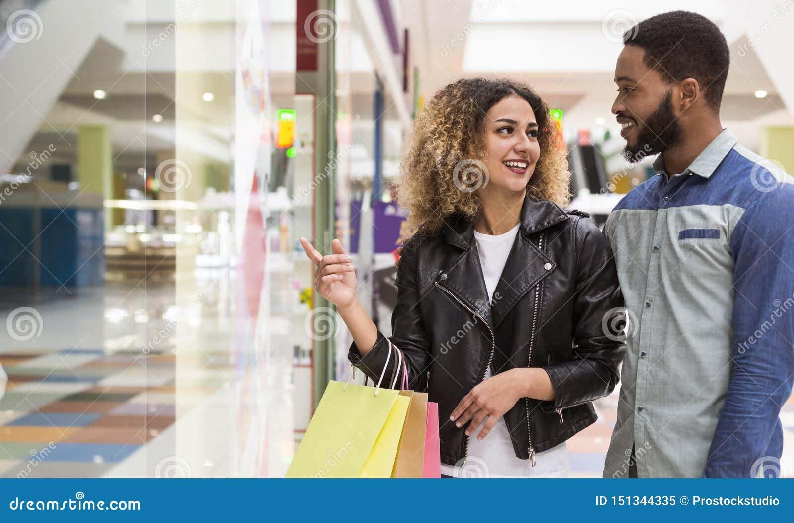 Młoda amerykanin afrykańskiego pochodzenia para wybiera prezenty dla przyjaciół