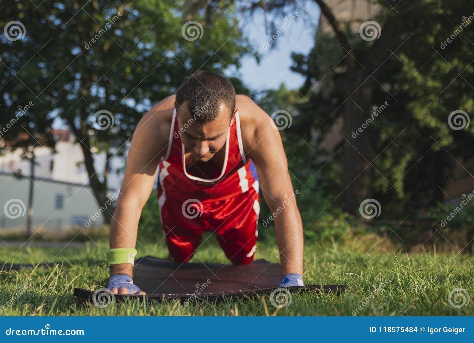 Młoda atleta wykonuje rozgrzewkę przed trenować gnieść od th