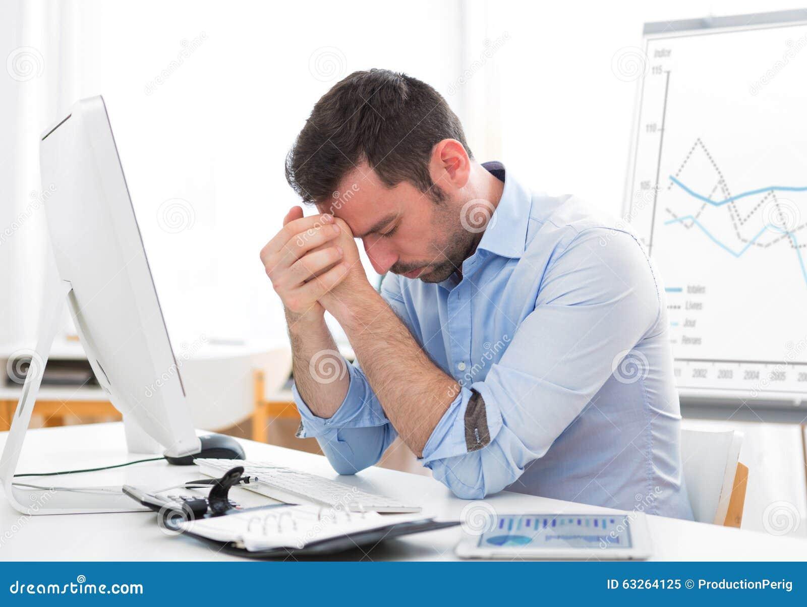 Młoda atrakcyjna biznesowa dostawać migrena przez oparzenie out