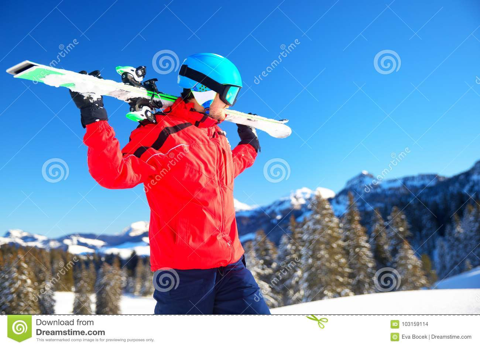 Młoda atrakcyjna caucasian narciarka z nartą w Szwajcarskich Alps przygotowywających dla narciarstwa