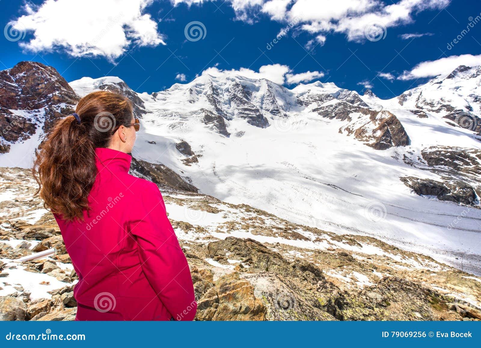 Młoda atrakcyjna kobieta cieszy się oszałamiająco widok Morteratsch