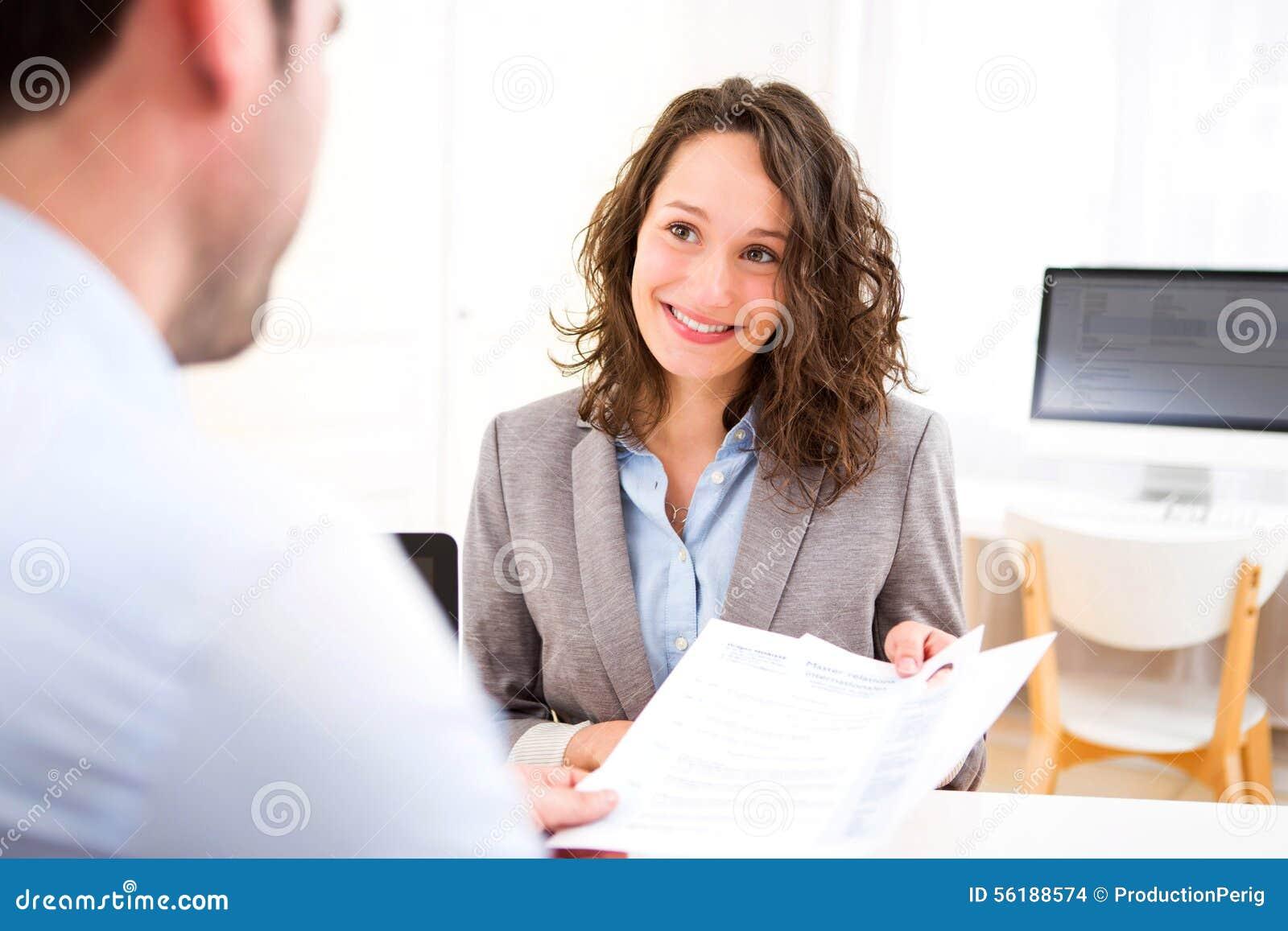 Młoda atrakcyjna kobieta podczas akcydensowego wywiadu