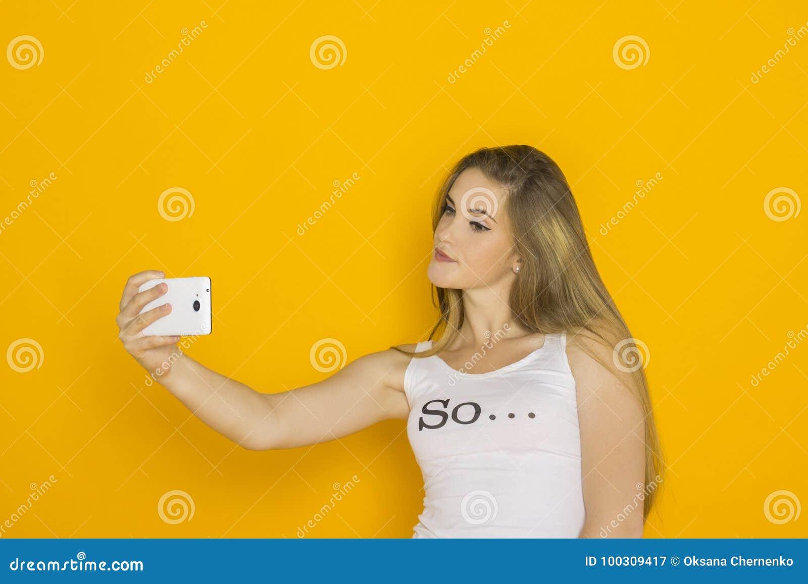 Młoda atrakcyjna kobieta robi selfie na jej smartphone