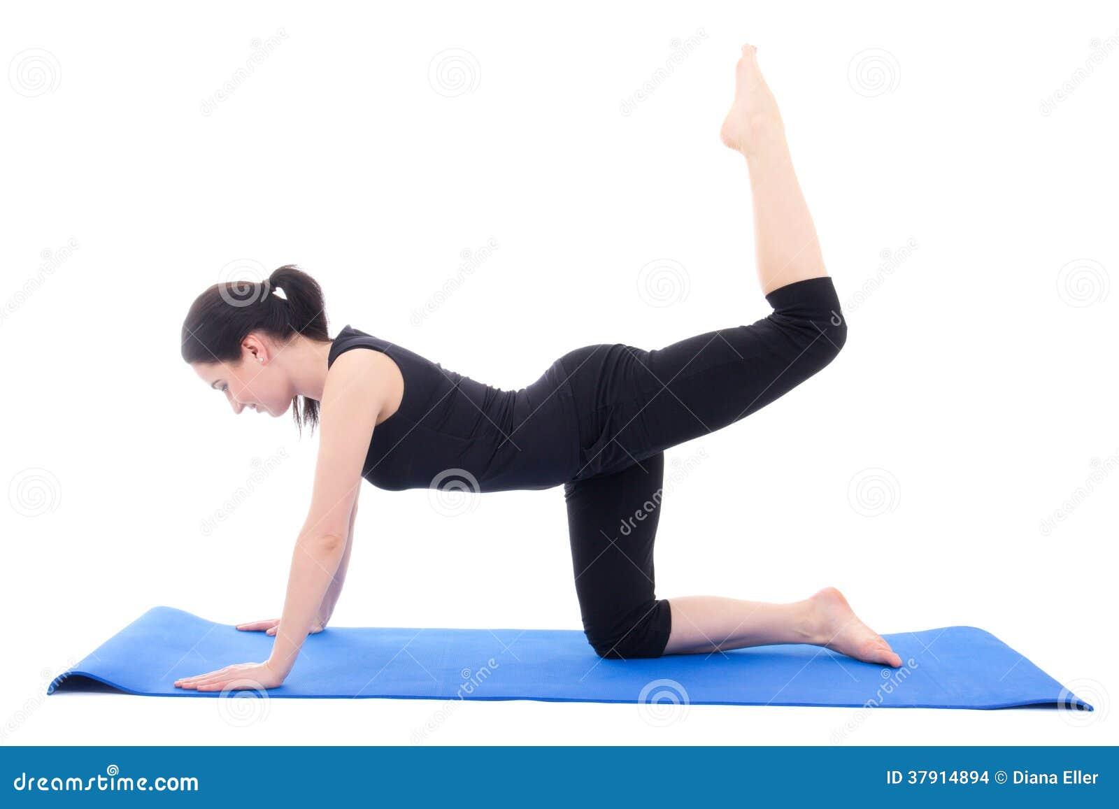 Młoda atrakcyjna kobieta robi sprawności fizycznej ćwiczeniu na błękitnej joga macie ja