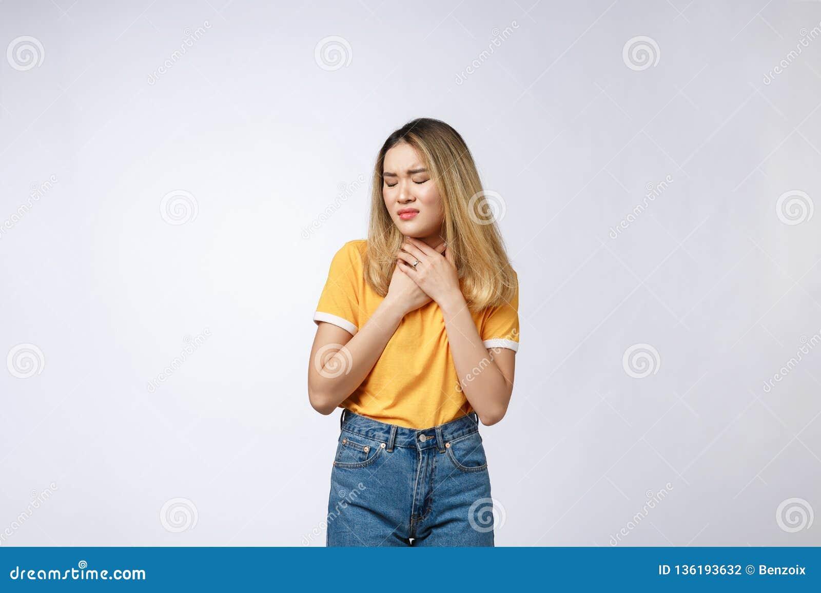 Młoda Azjatycka kobieta dostać chorym, grypowym objawem odizolowywającym na białym tle i zimna lub alergii