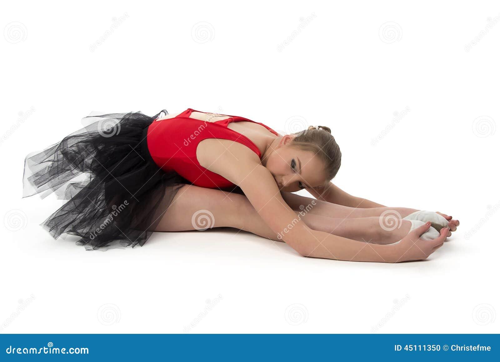 Młoda balerina robi rozciągań ćwiczeniom