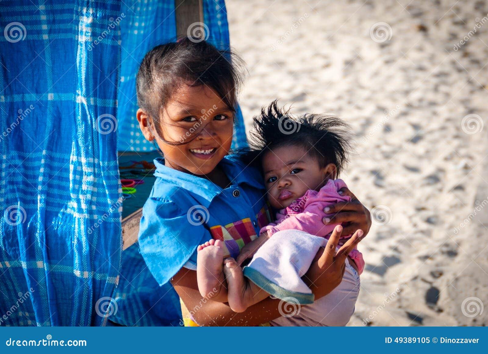 Młoda balijczyk dziewczyna trzyma jej brata