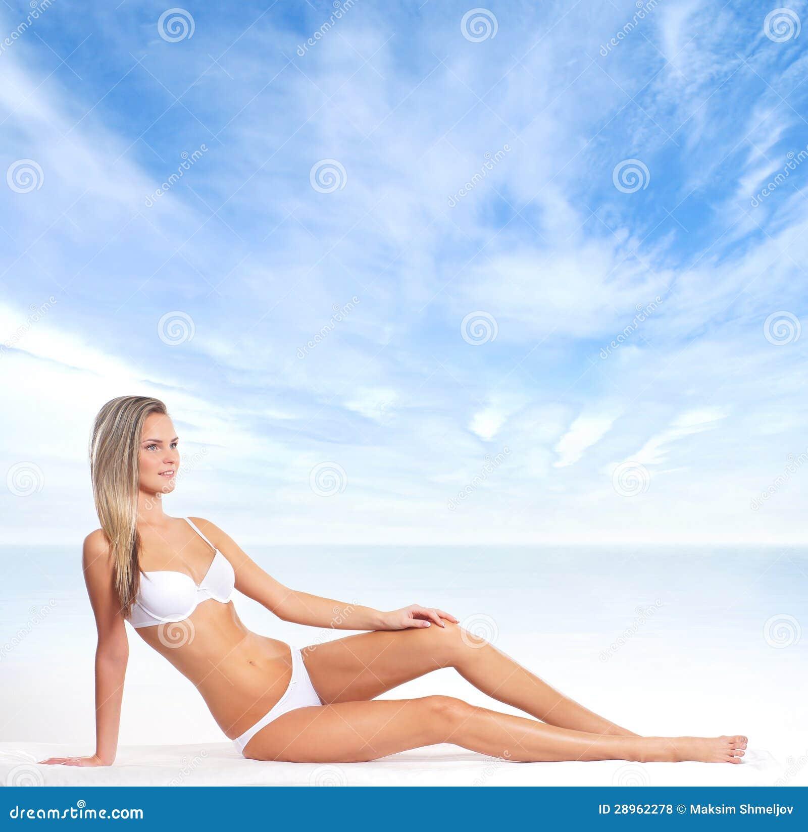 Młoda blond kobieta w bikini na plaży