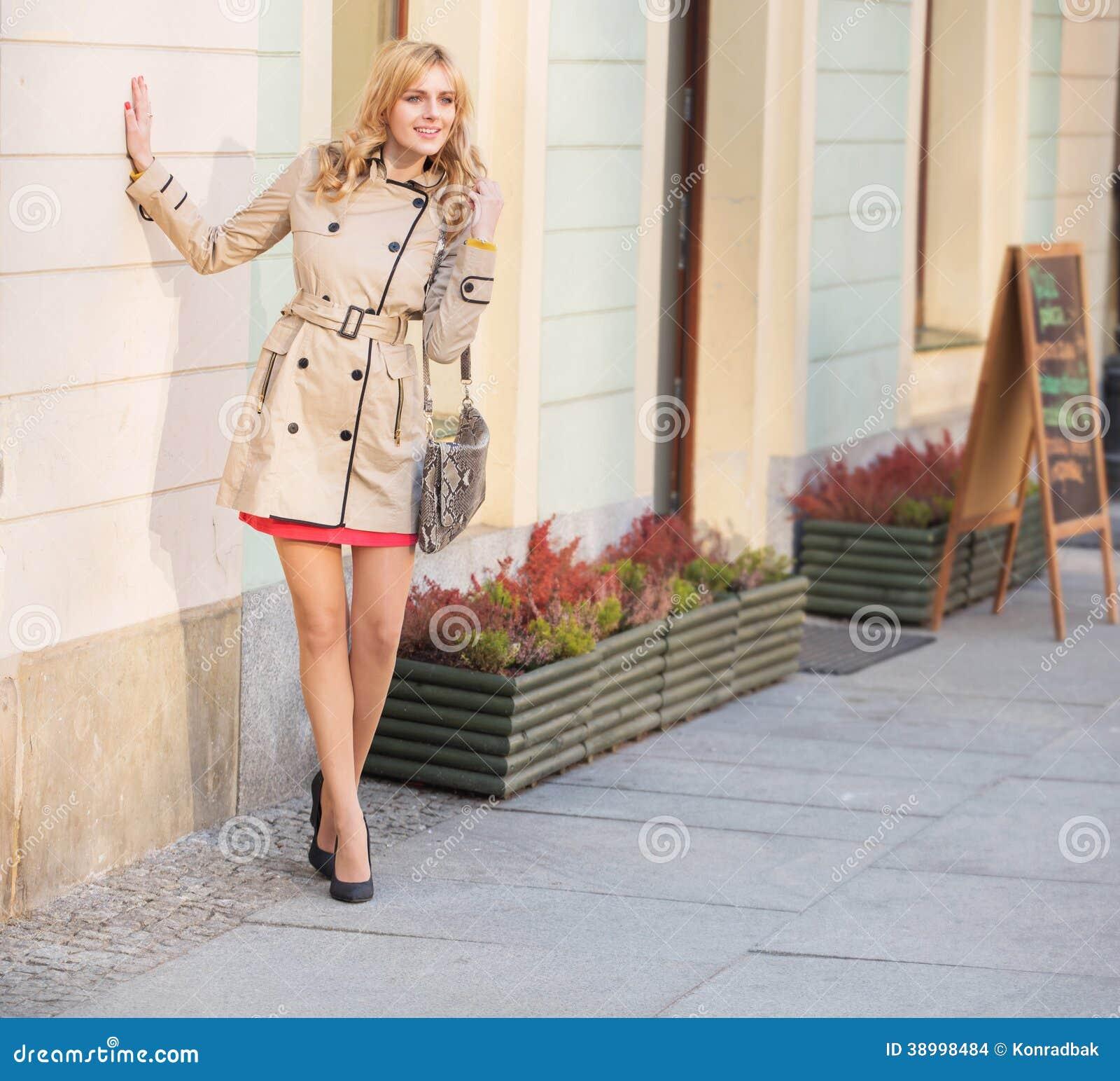 Młoda blondynki kobieta w starym miasteczku
