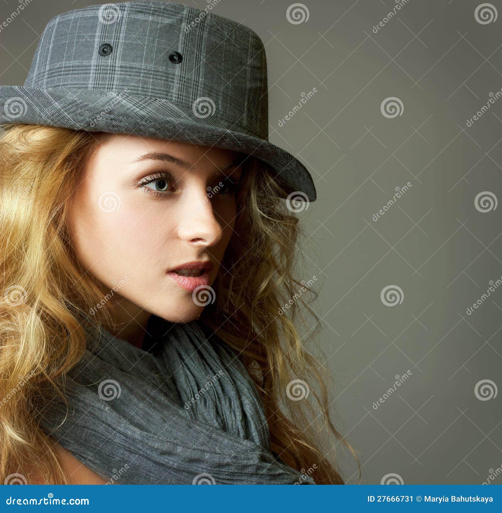 Młoda Blondynki Kobieta z Kapeluszem i Szalikiem