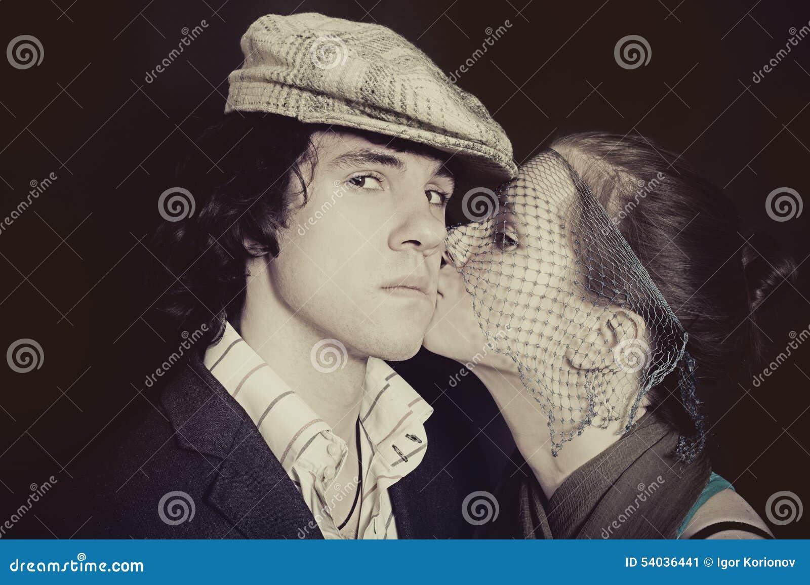 Młoda całowanie para w miłości zbliżeniu