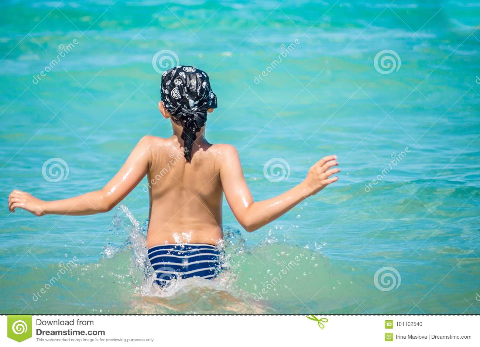 Młoda caucasian chłopiec skacze w wodzie, morze śródziemnomorskie