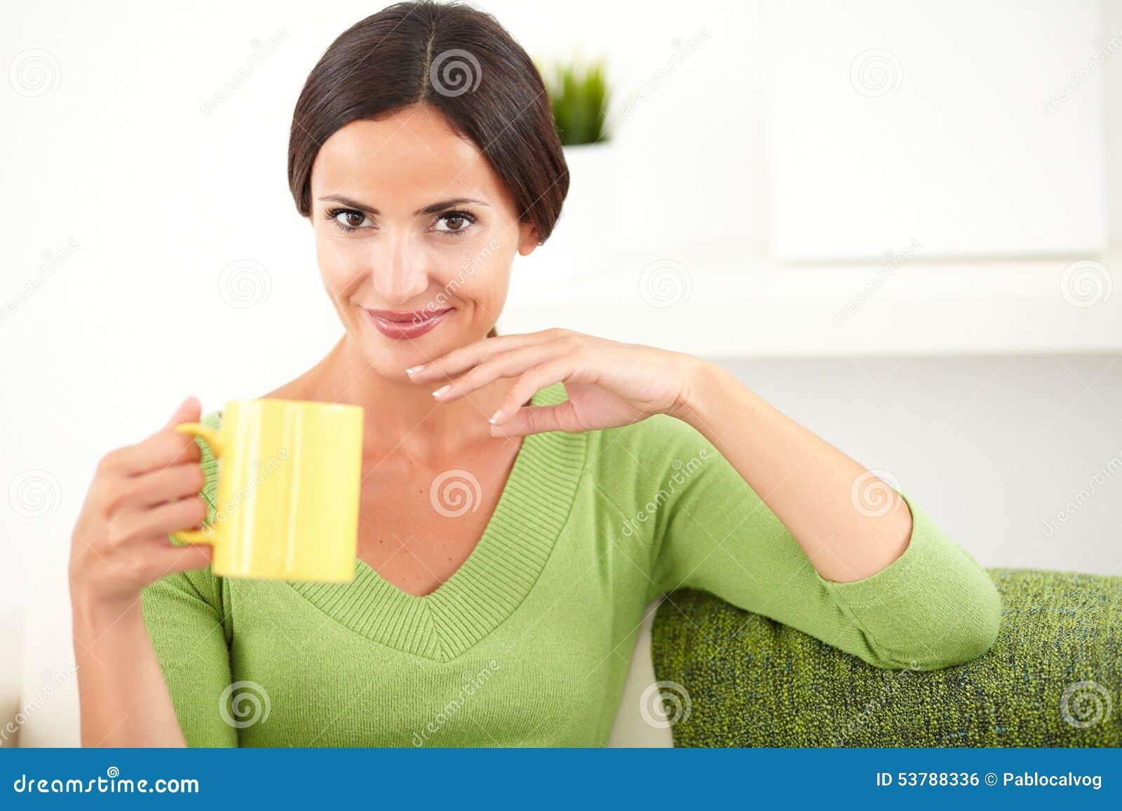 Młoda caucasian kobieta trzyma żółtego kubek