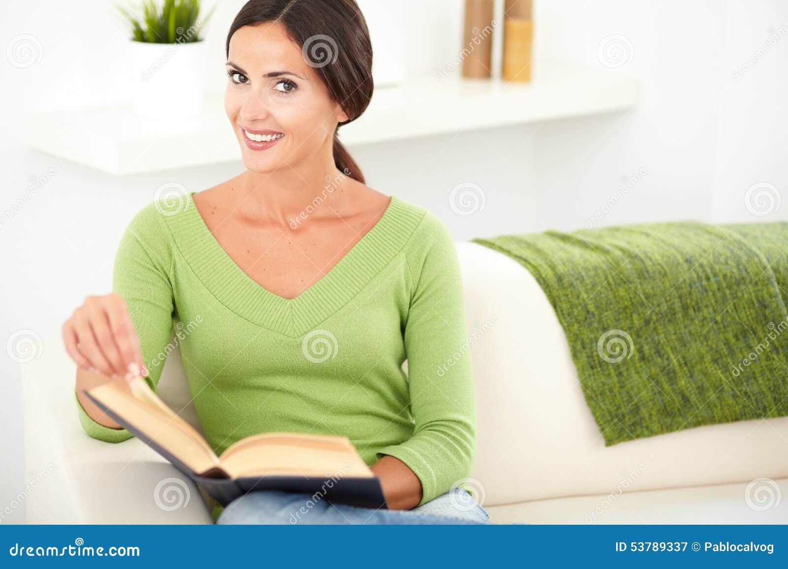 Młoda caucasian kobieta trzyma książkę