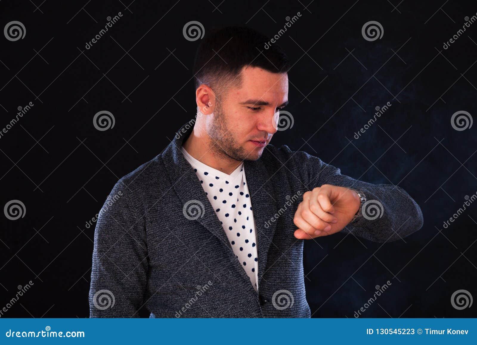 Młoda caucasian męska brunetka w studiu na czarnym backgroun