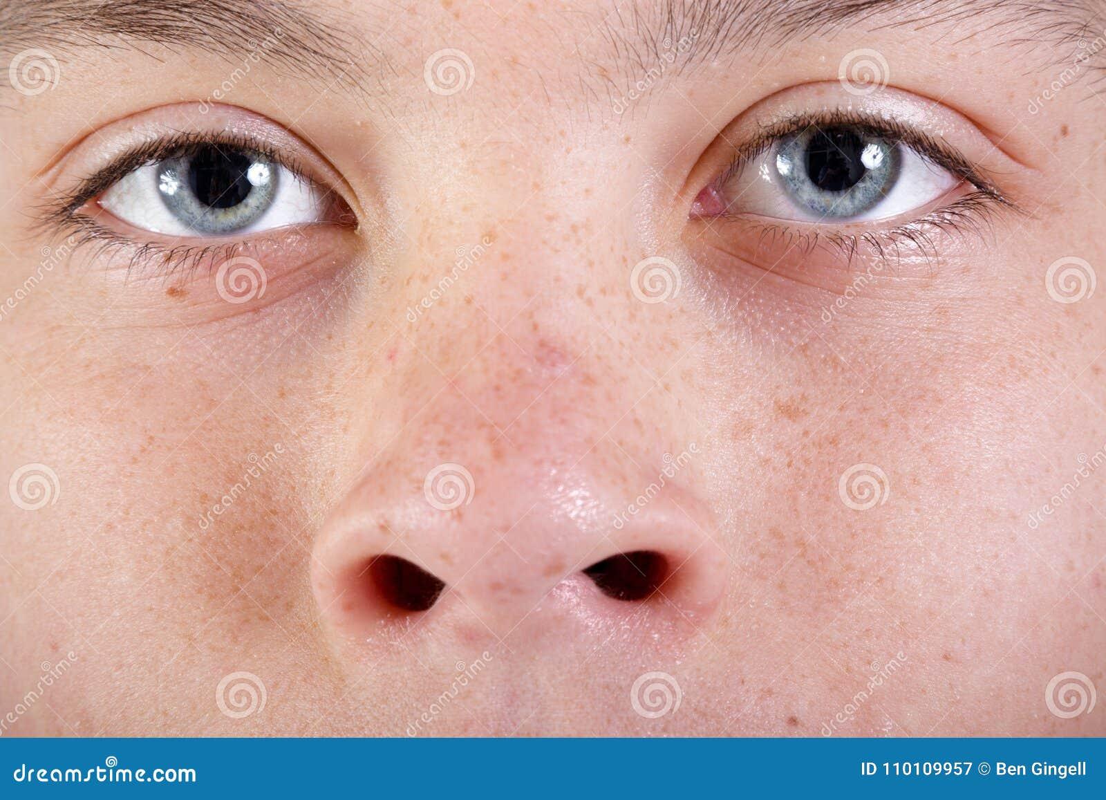 Młoda caucasian nastoletniego chłopaka ` s twarz