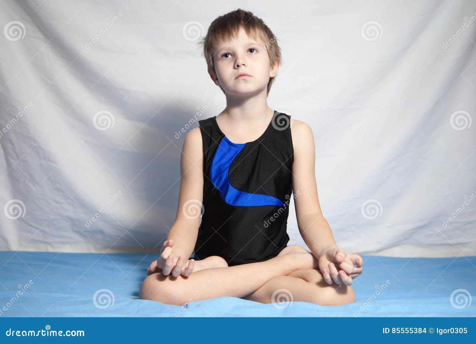 Młoda chłopiec ćwiczy joga