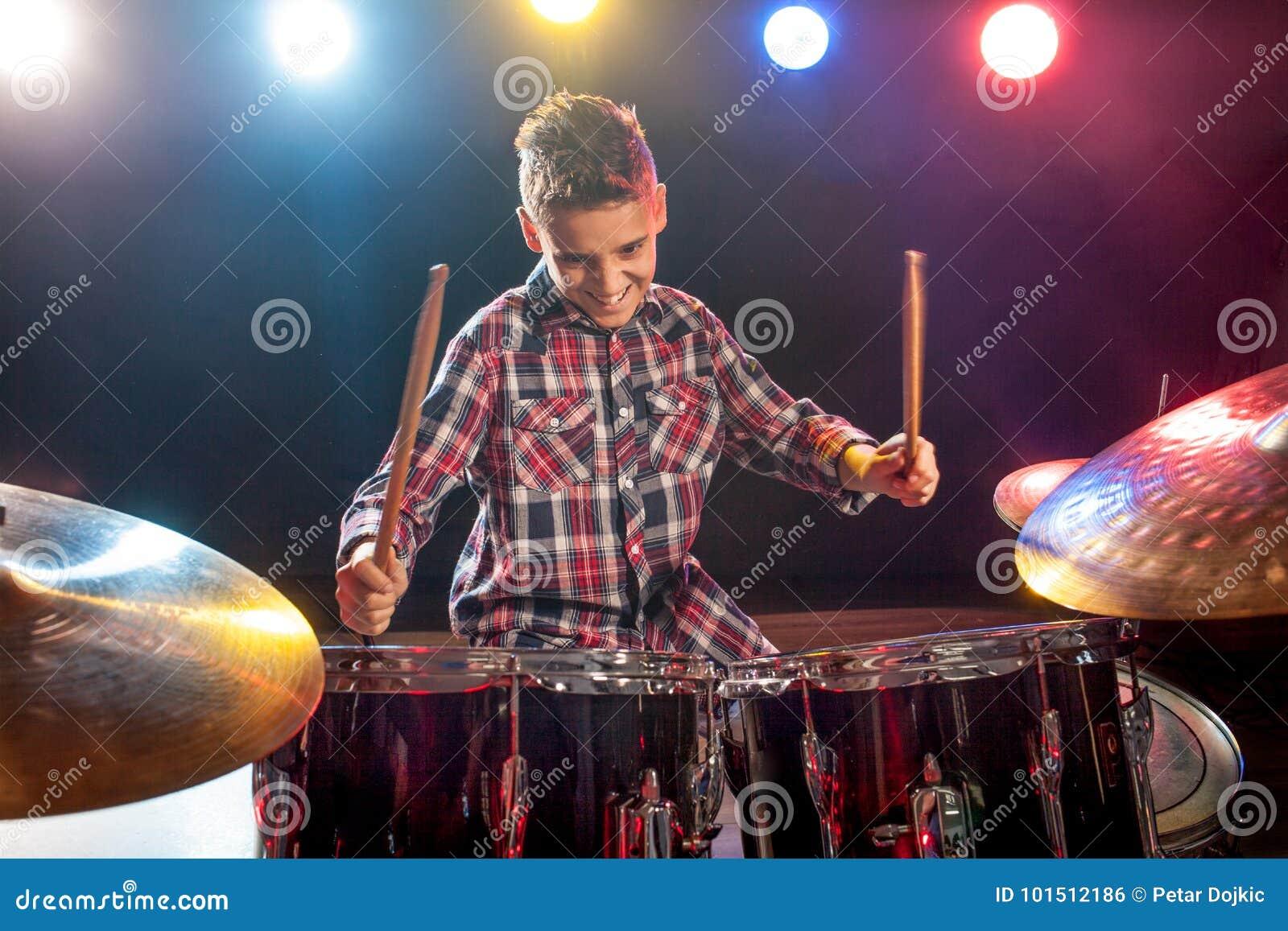 Młoda chłopiec bawić się bębeny