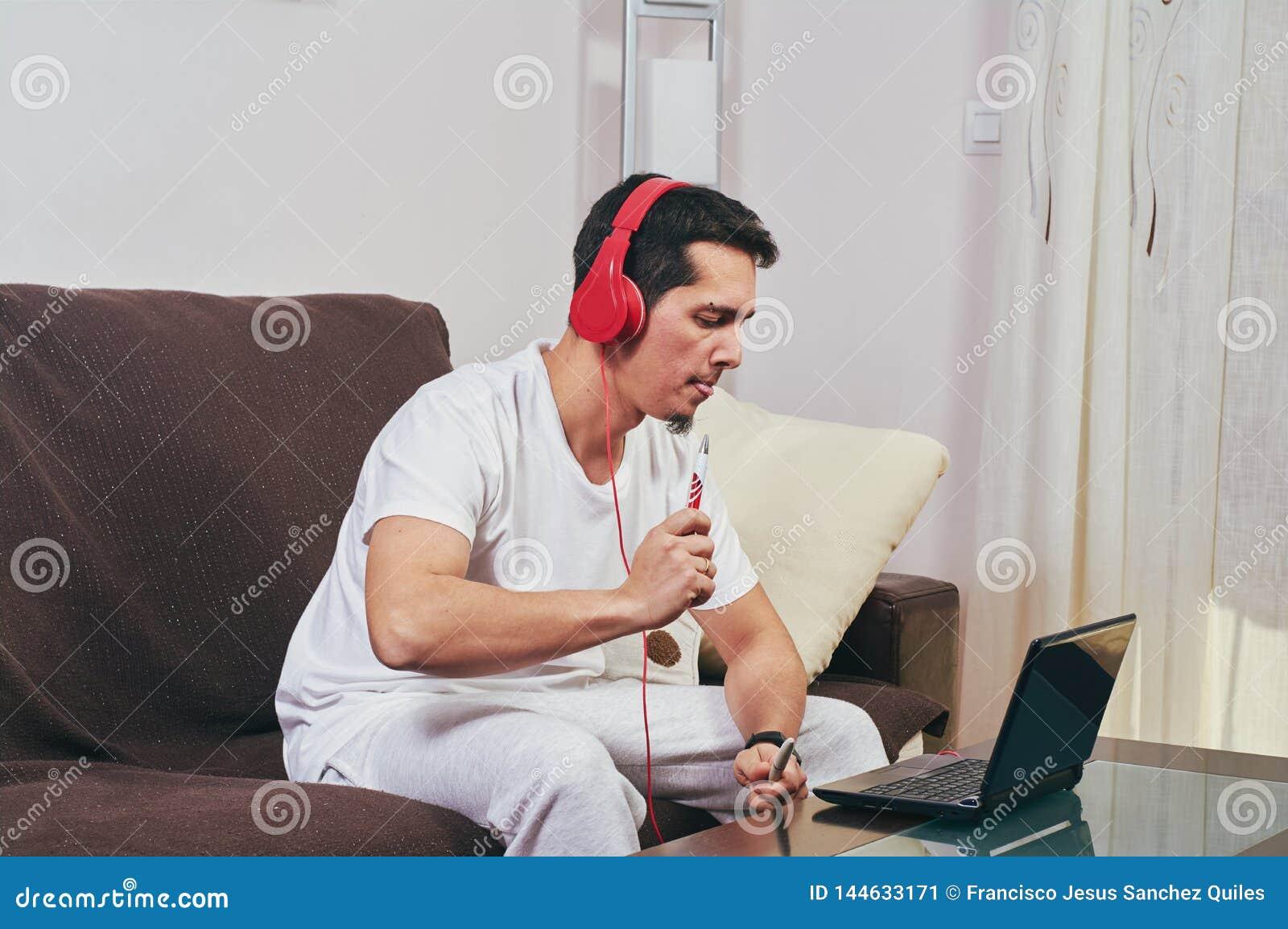 Młoda chłopiec cieszy się słuchanie muzyka
