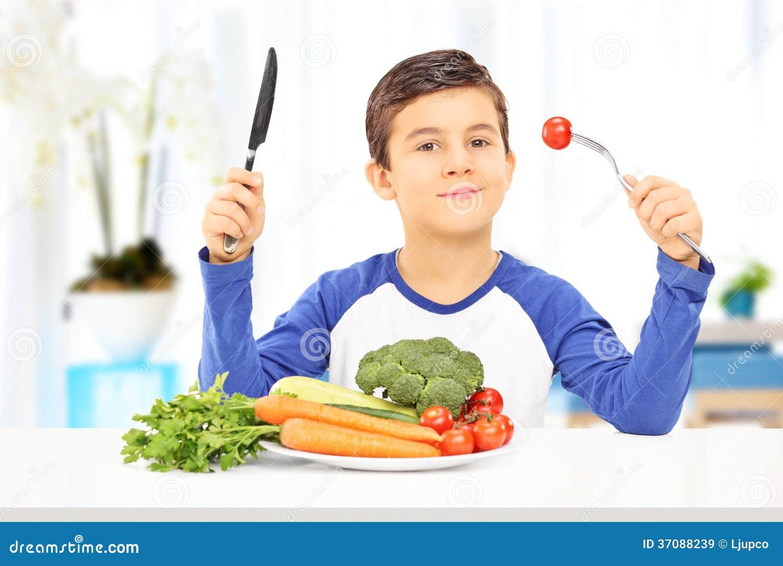 Download Młoda Chłopiec Je Zdrowego Posiłek Sadzającego Przy Stołem Obraz Stock - Obraz złożonej z kopiasty, dine: 37088239