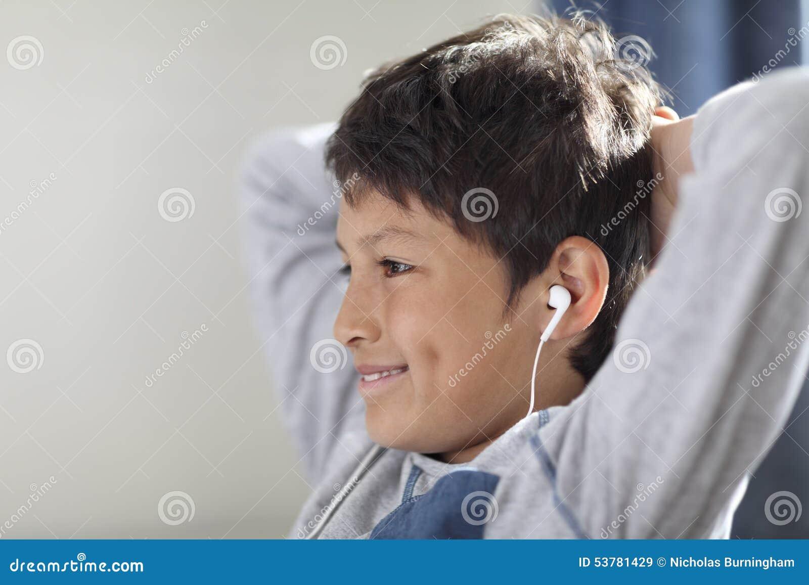 Młoda chłopiec ogląda komputer z hełmofonami