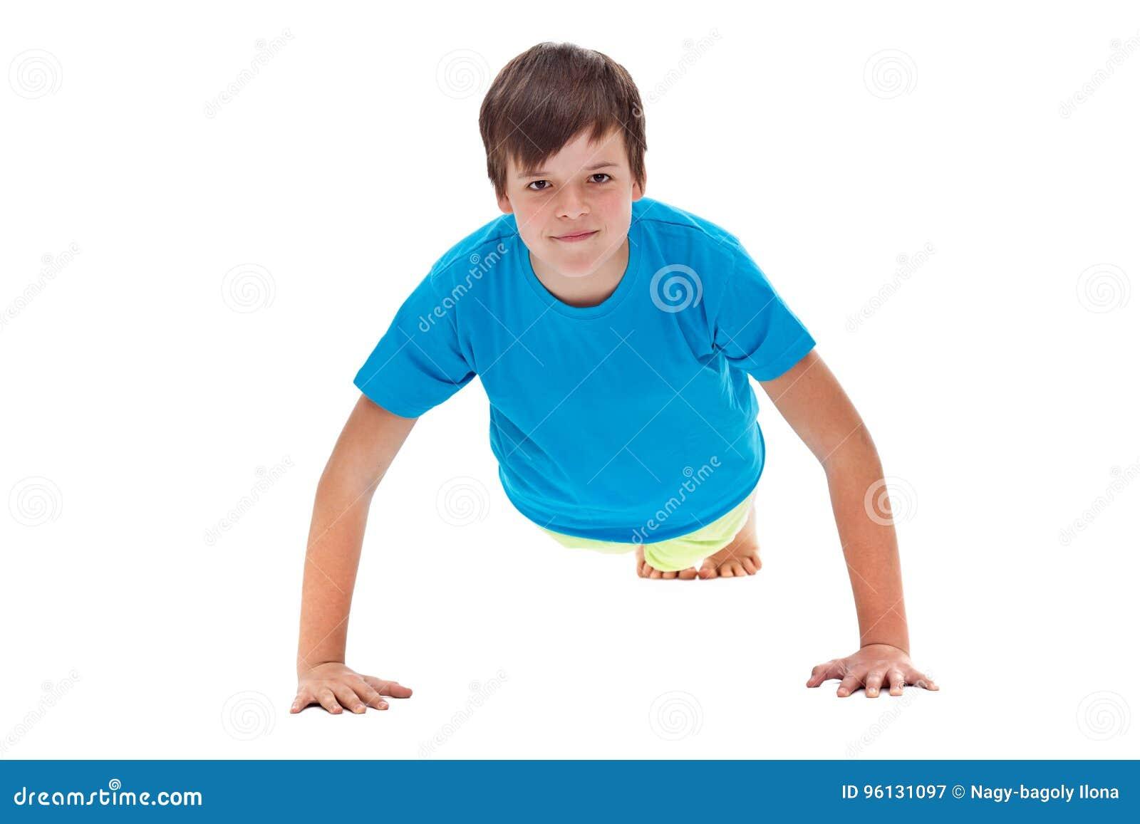Młoda chłopiec podnosi - frontowego widok robić pcha